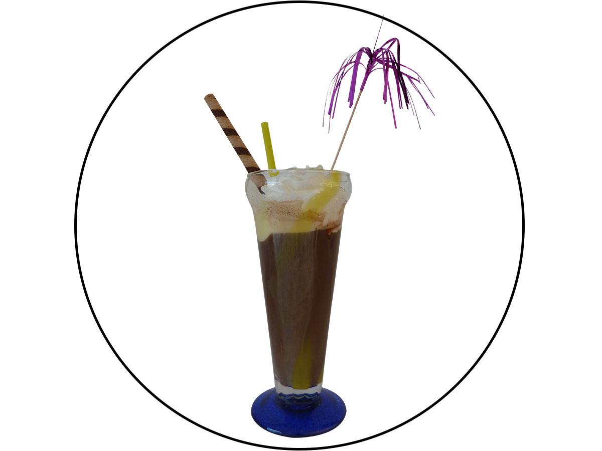 Ledena kava s vanilija sladoledom i šlagom